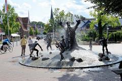 Schneverdinger Stadtbrunnen - Bronzefiguren, Phantasiegestalten der heimischen Märchen- und Sagenwelt; Künstler Bildhauer Frijo Müller-Belecke - Einweihung 1996.