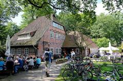 Gasthaus in Wilsede / Lüneburger Heide - Tische in der Sonne, Fahrräder im Fahrradständer.
