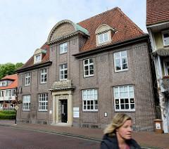 Historische Architektur in Jever - ehem. Gebäude der Landessparkasse zu Oldenburg, jetzt Nutzung als Geschäftshaus.