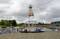 Hafen in Aurich - Ems Jade Kanal. Lichtzeichenanlage / Signalanlage für den Schiffsverkehr - Liegeplatz für Sportboote.