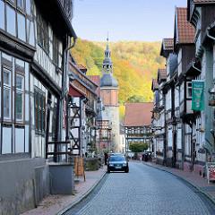 Blick von der Rittergasse zum Markt von Stolberg - der Saigerturm, frühgotisches Wahrzeichen der Stadt aus dem 13. Jahrhundert. Aus Bruchsteinen errichtet, Teil der historischen Befestigungsanlage.
