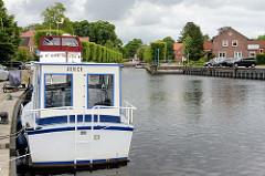 Hafenbecken im Auricher Hafen - Sportboot am Kai vom  Julianenburger Graben.