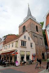 Kirchturm der Lambertikirche in Aurich - klassizistisches Gotteshaus, erbaut 1835 - Entwurf u.a. vom autodidaktischen Architekten Conrad Bernhard Meyer.