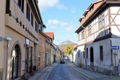 Historische Wohnhäuser / Fachwerkgebäude in der Alten Magdeburger Straße von Sangerhausen - im Hintergrund die Abraumhalde Hohe Linde.