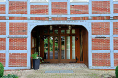 Mit Glastür versehene alte Fachwerkscheune in Bispingen - Balkeninschrift Suche Frieden und jage ihm nach / Bücherei, Schwesterstation.