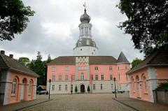 Jever Schloss - Wahrzeichen der Stadt, zu Beginn Häuptlingsburg, Regierungssitz Fräulein Marias (Umbau im Stil der Renaissance) danach Sitz des Drosten - jetzt Nutzung als Heimatmuseum.