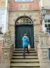 Eingangsportal / Treppe zum Rathaus in Jever; Wappenrelief der Stadt am Treppenaufgang.