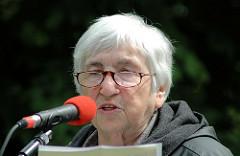 """Ester Bejarano liest auf der Veranstaltung """"Bücherverbrennung – nie wieder"""" am Gedenkplatz zur Erinnerung an die Hamburger Bücherverbrennung."""