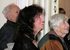 Ester Bejarano auf ihrem 80. Geburtstag im Stavenhagenhaus in Hamburg Groß Borstel; re. Peggy Parnass, im Hintergrund Peter Gingold.