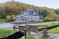 Fachwerkgebäude / Schützenhaus, Hotel - Gasthof / Chalet im Thyratal von Stolberg (Harz) - Entwurf Baumeister Karl-Friedrich Schinkel;  Holzbrücke über den Bach Lude.
