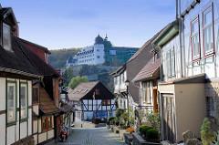 Blick durch die Töpfergasse zum Schlossberg auf das Schloss Stolberg / Harz. Baustil Renaissance - errichtet 1547, Entwurf Andreas Günther. Umbauten um 1700 - ab 1947 Nutzung als FDGB Ferienheim - danach Verkauf + Planung für ein Hotel, jetzt im