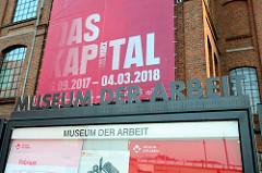 Ankündigungstransparent Das Kapital im Musum der Arbeit in Hamburg Barmbek.