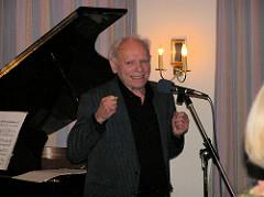 Peter Gingold hält eine Rede auf dem 80. Geburtstag von Ester Bajarano im Hamburger Stavenhagenhaus.