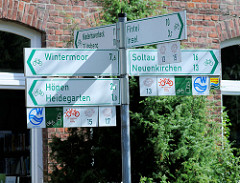 Radwegkreuzung in Schneverdingen - Hinweisschilder für Fahrradtouren / Fahrradwege  im Zentrum der Stadt.