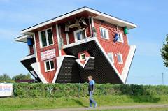 Sogen. Verrücktes Haus in Bispingen - Wohnhaus im allem Interieur auf dem Kopf stehend.
