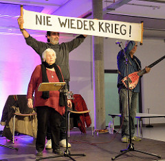 Nie wieder Krieg - Ester Bajarano & Microphone Mafia - Sohn Joram und Kutlu Yurtseven - auf der Bühne der Alten Fabrik im Museum der Arbeit in Hamburg Barmbek.