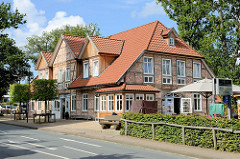 Großes Fachwerkgebäude -  Gaststätte / Hotel an der Hauptstraße von Bispingen.