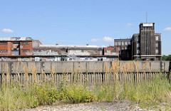 Blick über den Billhafen zu historischen Lagerhäuser - denkmalgeschütztes Verwaltungsgebäude am Brandshofer Deich in Hamburg Rothenburgsort.