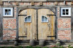 Alte Fachwerkscheune mit Holz-Doppeltor, Ziegelfüllung des Fachwerks mit Dekor; Architekturbilder aus Bispingen.