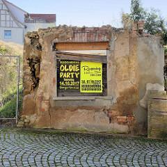 Hausruine, Mauerrest mit Ankündigungsplakat - Reopening vom Herrenkrug in Sangerhausen.