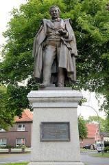 Eilhard Mitscherlich Denkmal in Jever, eingeweiht 2006 - Nachbildung eines Denkmals für den Naturwissenschaftler, das seit 1894 dort stand.