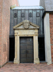 In den Neubau integriertes altes Eingangsportal der Stadtkirche in Jever. Die Stadtkirche brannte 1959 ab und wurde 1963 nach dem Entwurf von Prof Dieter Oesterlen neu errichtet.