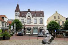 Alter Markt von Jever - historische Häuser und Bronzefigur liegender Bulle.