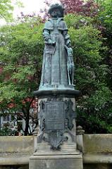 Denkmal von Fräulein Maria - 1500-1575, Regentin der Herrschaft von Jever; Bronzestatue, errichtet 1900 - Bildhauer  Harro Magnussen.