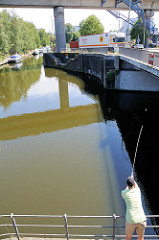 Angler am Billhorner Kanal in Hamburg Rothenburgsort.