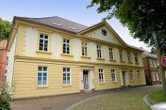 Gebäude vom Staatshochbauamt Aurich - ein unter Denkmalschutz stehendes Gebäude aus dem 19. Jahrhundert; erbaut um 1820 - ehem. Schulgebäude vom  Gymnasium Ulricianum. Ab 1908 Sitz der Evangelisch-reformierten Kirche, danach das Landesverwaltungs