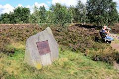 Erinnerungsstein / Plakette für Alfred Toepfer am Suhorn in der Lüneburger Heide.