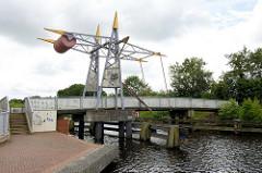 Stahlklappbrücke am Auricher Hafen - Fussgängerbrücke über den Jade-Ems-Kanal, erbaut 2003.
