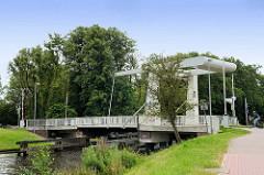 Klapp-Brücke über den Ems-Jade-Kanal bei Aurich  /
