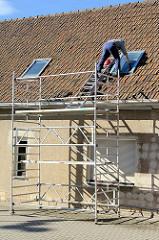 Dachfenster putzen mit Baugerüst - Wohnhaus in Sangerhausen.