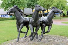 Pferde Skulpturen am Pferdemarkt in Aurich; rennende Pferde, Bildhauer Bonifatius Stirnberg.