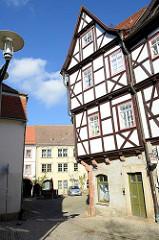 Historisches Wohnhaus an der Schloßgasse in Sangerhausen - Fachwerkgebäude unter Denkmalschutz stehend; im Hintergrund der Kornmarkt.