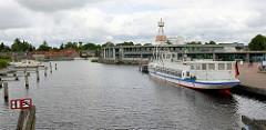 Blick über den Auricher Hafen / Jade-Ems-Kanal; ein Fahrgastschiff liegt am Kai.