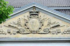 Giebel mit Landeswappen am Marstall  im Auricher Schlossbezirk; in preußischer Zeit bis zum Ende des Ersten Weltkrieges war in dem Gebäude eine Kaserne untergebracht.