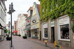 Fussgängerzone in Jever - Geschäftshäuser, Läden in der Neuen Straße.