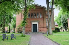 Eingang zur Lambertikirche in Aurich; klassizistisches Gotteshaus, erbaut 1835 - Entwurf u.a. vom autodidaktischen Architekten Conrad Bernhard Meyer.