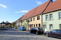 Historische Wohnhäuser am Alten Markt in Sangerhausen; lks. der Altmarktbrunnen.