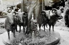 Bronzeskulpturen - Schäfer mit Heidschnucken - im Ortskern von Bispingen.
