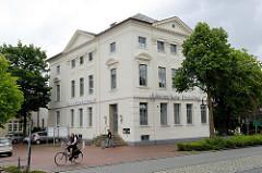 Historische Gründerzeitarchitektur in Jever - Bankgebäude der Oldenburgischen Landesbank.