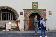 Historische Eingang mit Wappen der Stadt Mühlhausen am Rathaus der Stadt, jetzt Standesamt. Inschrift über Gott vertrauet der hat wohl gebaut, 1596.