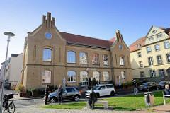 Ehemaliges Schulgebäude des Ernst-Abbe-Gymnasiums / alte Schule am Theaterplatz in Eisenach - jetzt Nutzung als Restaurant.