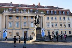 Platz der Demokratie in Weimar, Carl August Denkmal - eingeweiht 1875, Bildhauer Adolf von Donndorf. Im Hintergrund das Gebäude der Franz-Liszt-Musikhochschule. Errichtet als Fürstenhaus nach Plänen des fürstlichen Landbaumeisters Johann Gottfrie