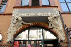 Jugendstilportal mit Blattwerk und eine Balkon stützende halbnackte Frau / Mann in der Querstraße von Eisenach.