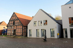 Gebäude in der Lübecker Straße von Bad Segeberg, rechts Neubauten der Stadtverwaltung  - links das historische Fachwerkgebäude, in dem das Segeberger Museum seinen Sitz hat .