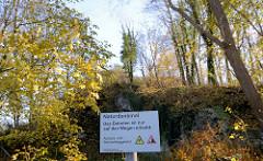 Hinweisschild der Stadt Bad Segeberg / Amt für Bauen und Umwelt: Naturdenkmal, das betreten ist nur auf den Wegen erlaubt.