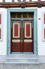 Farbige Schnitzereien - historische Eingangstür in der Hinterstraße von Duderstadt.